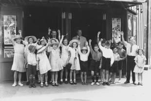 Children at Cremorne Theatre, Brisbane, 1938